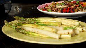 Grillatut parsat lautasella.