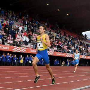 Andreas Kramer springer in i mål som etta på 800 meter.
