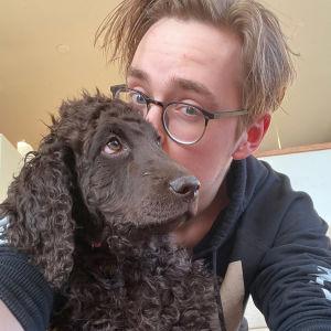 Tanssija Marko Juusela perheen uuden koiranpennun kanssa koronakeväänä 2020.