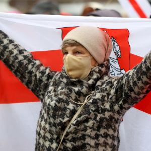 En demonstrant håller upp en flagga