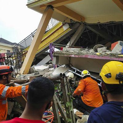 Dödstalet befaras stiga då man får en klarare bild av läget och räddningsarbetare försöker rädda överlevande i raserade byggnader.