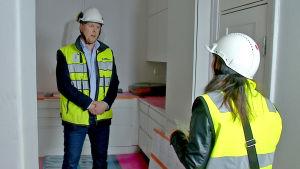 Talokeskuksen Timo Haapea ja toimittaja Maarit Åström-Kupsanen remontoitavassa keittiössä.