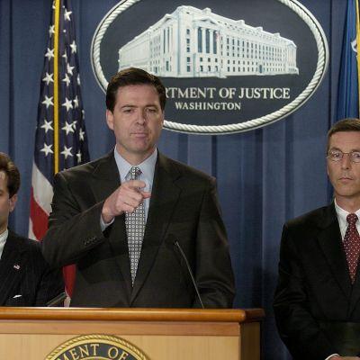 Cristopher Wray (till vänster) var biträdande justitieminister under president George W. Bush. Han ersätter den sparkade James Comey som var Wrays chef i FBI