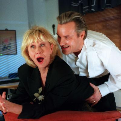 Eeva Litmanen ja Juha Veijonen elokuvassa Ei kaikki miehet petä.