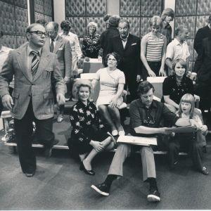 Lilli Earl tv-studiossa vanhempiensa ja tv-ohjelmatiimin kanssa