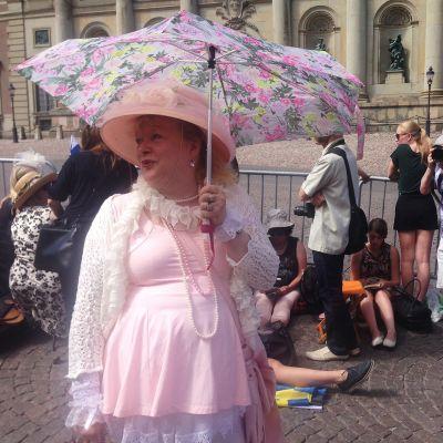 Ihmiset kerääntyivät seuraamaan hääkulkuetta Tukholmassa 13. kesäkuuta.