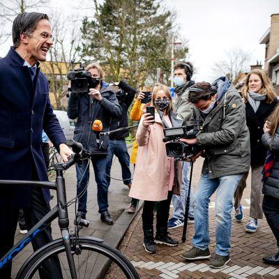 Mark Rutte kävi äänestämässä polkupyörällä.