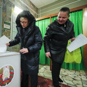 Valkovenäläiset äänestysuurnilla pääkaupungissa Minskissä.