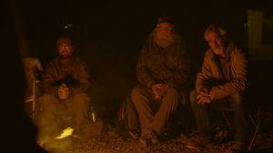 ett gäng moderna nomader framför en lägereld.
