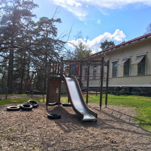 Lekplats på daghemsgård.