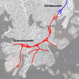Röda och blå streck på en karta på Helsingfors centrum. Strecken visar var Centrumtunneln och Sörnästunneln går.