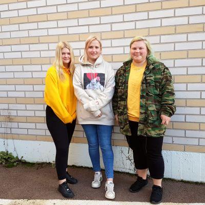 Ronja Lindberg, Louise Segersvärd och Sandra Söderman står på rad framför tegelvägg.