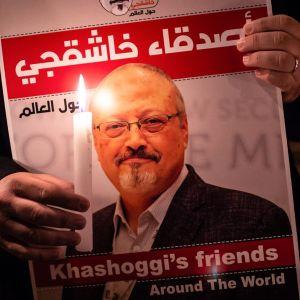 En demonstrant med ett foto på Jamal Khashoggi under en ljusvaka utanför det saudiska konsulatet i Istanbul den 25 oktober.