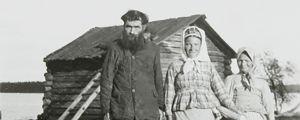 Skoltsamefamilj: Jogor Gavriloff, Tarj Sverloff och Oijash Sverloff, mor och dotter.