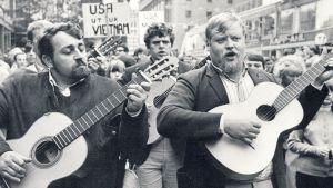 Fred Åkerström i mitten med Cornelis Vreeswijk till vänster och Gösta Skepparn Cervin till höger på Vietnamdemonstration på Hötorget i Stockholm den 28 augusti 1965.