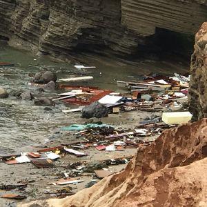 Bilden visar vrakdelar och bråte från den förlista smuggelbåten vid en strand i San Diego.