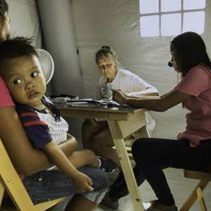 Filippiinien taifuunin uhreja hoidettiin telttasairaaloissa