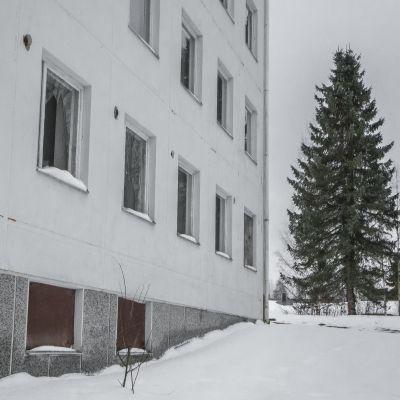 Siilinjärven Harjamäessä Pasurintiellä sijaitseva hylätty kerrostalo