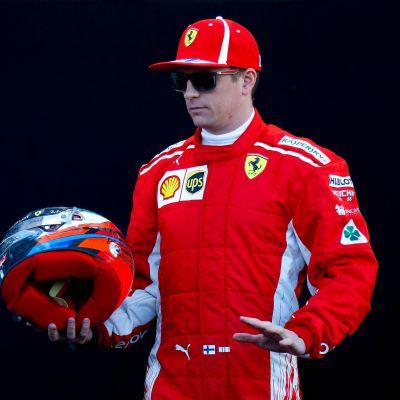 Kimi Räikkönen kypärä kädessä.