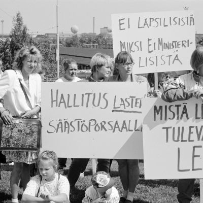 Historiallisessa kuvassa on mielenosoitus eduskuntatalon edessä vuonna 1995.
