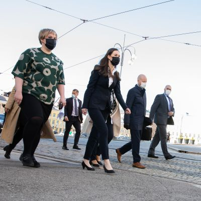 Hallitusviisikko kävelee kohti Säätytaloa.