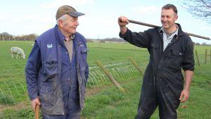 Far och son, jordbrukarna Jim och Rob Warnock ute i en hage.