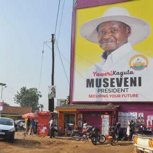 Katunäkymä, talon seinässä on presidentti Yoweri Musevenin suurikokoinen vaalijuliste.