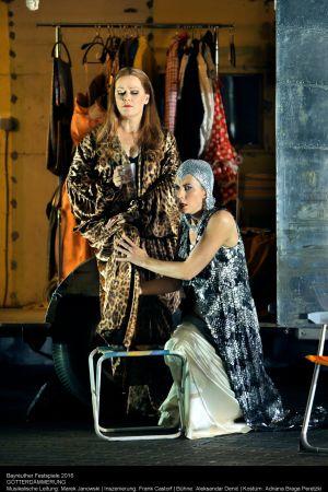 Bayreuthin musiikkijuhlien Jumalten tuho (2016): Brünnhilde (Catherine Foster) ja Waltraute (Marina Prudenskaya)