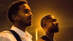 Kevin (André Holland) och Chiron (Trevante Rhodes) står bredvid varandra på en gata om natten.