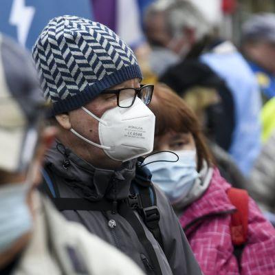 Människor iförda munskydd.