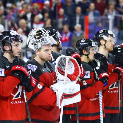 Pettyneitä kanadalaisia hävityn MM-finaalin jälkeen.