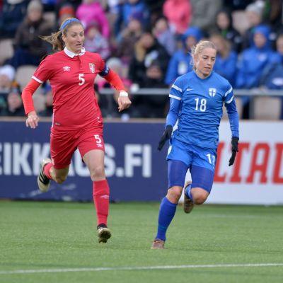 Suomen Linda Sällström ja Serbian Milica Mijatovic kamppailevat pallosta.