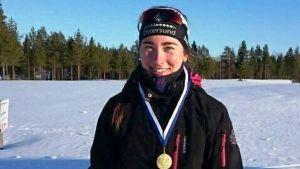 Jenny Fellman med guldmedalj runt halsen.