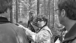 Vivica Bandler ohjaa televisionäytelmää vuonna 1985.