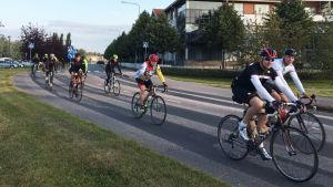 Flera cyklister cyklar förbi i Borgå.