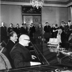Kekkonen tas emot av sin värd Aleksei Müürisepp i palatsen i Kadriorg i Tallinn den 11 mars 1964