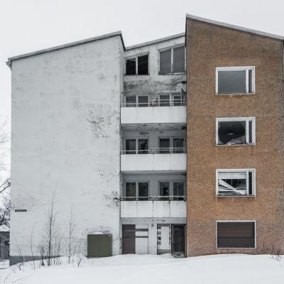 Siilinjärven Harjamäessä Pasurintiellä sijaitseva hylätty kerrostalo.