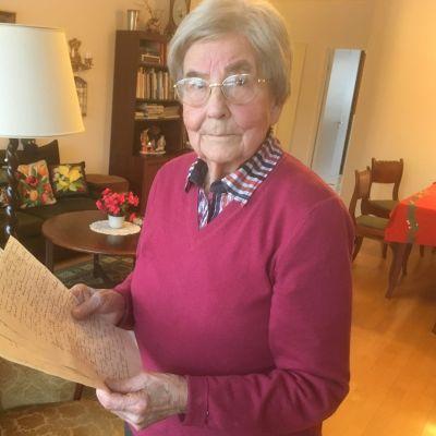 Brita Oranen on säilyttänyt isänsä kirjeen.