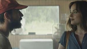 Tyler (Shia LaBeouf) och Eleanor (Dakota Johnson) står mitt emot varann och ser allvarligt på varandra.