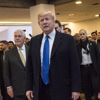 USA:s president står i en folksamling och blir fotograferad av pressen.