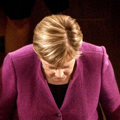 Tysklands förbundskansler Angela Merkel lämnar katedralen i Berlin.