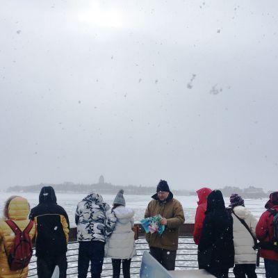 Turisteja Suomenlinnan lautalla.