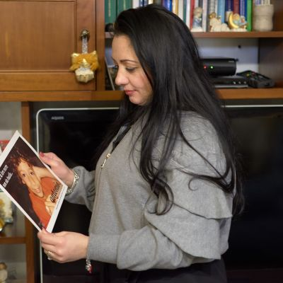 Marzia Cacciopoli katsoo menehtyneen poikansa Antonion kuvaa