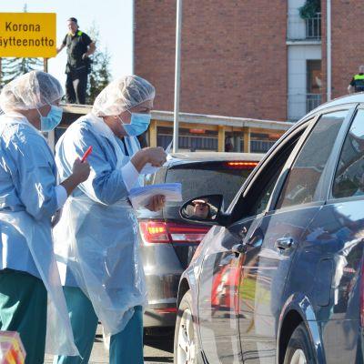 Autojono koronanäytteenottopaikalla Jyväskylän keskussairaalan pihalla.