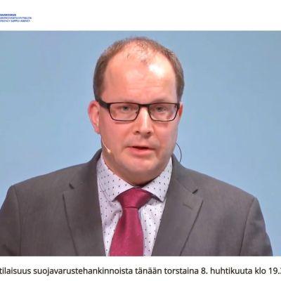 Försörjningsberedskapscentralens vd Timo Lounema höll presskonferens på webben 9.4.2020.