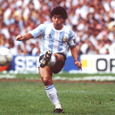 Diego Maradona potkaisee palloa vuoden 1986 MM-kisoissa.