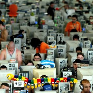 Anonyma människor som använder datorer