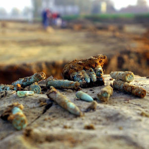 bild på gamla patroner som hittats vid arkeologisk utgrävning.