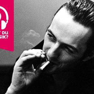 Joe Strummer röker en cigarett.