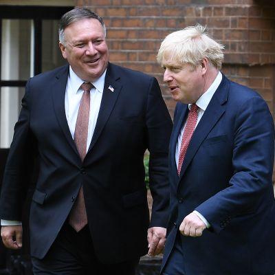 Kuvassa on Britannian pääministeri Boris Johnson ja Yhdysvaltain ulkoministeri Mike Pompeo